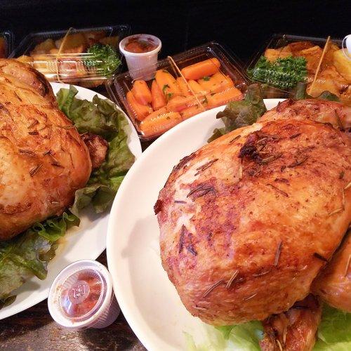 大山どりのオーブン焼きは迫力満点!鶏とワインにこだわる荻窪『ソリレス』