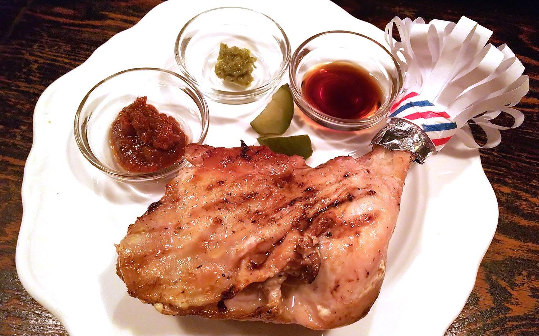 大山どりのオーブン焼き(もも肉)880円。ソースは左から、自家製ケチャップ、柚子胡椒、にんにく醤油。