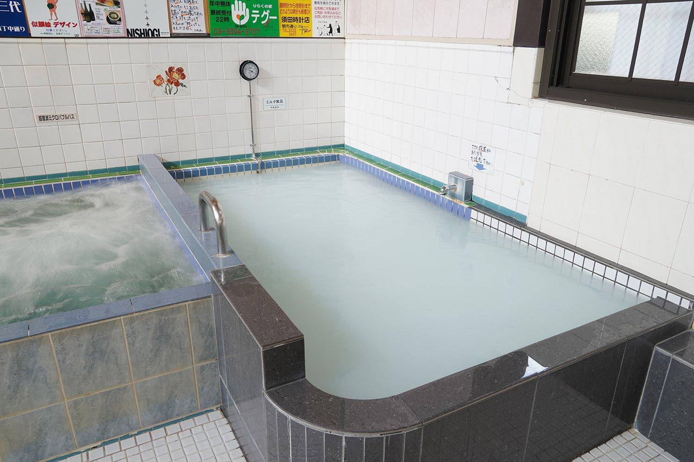 白くなめらかなお湯が人気のミルク風呂。