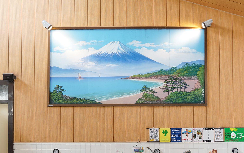 銭湯絵師の丸山さんが描いた富士山。額に入れてあるので劣化が少ない。