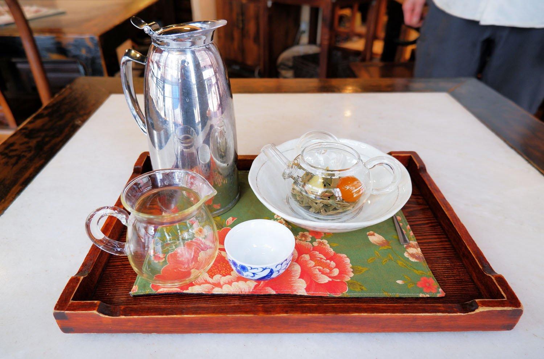 枇杷甘桔茶(ピーパァガンジェチャ)825円。金柑の蜜漬けは自家製だ。