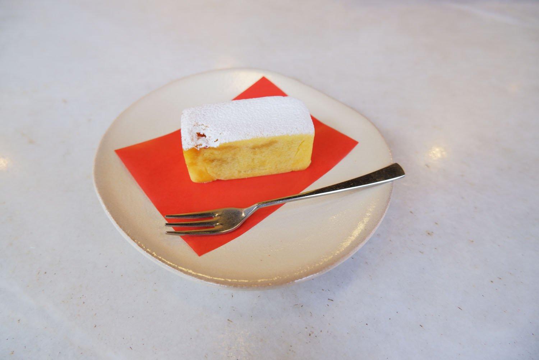 月和茶鳳梨酥(店内での飲食の際はお茶とセット)1100円。※お土産の場合は3個入りで1100円。