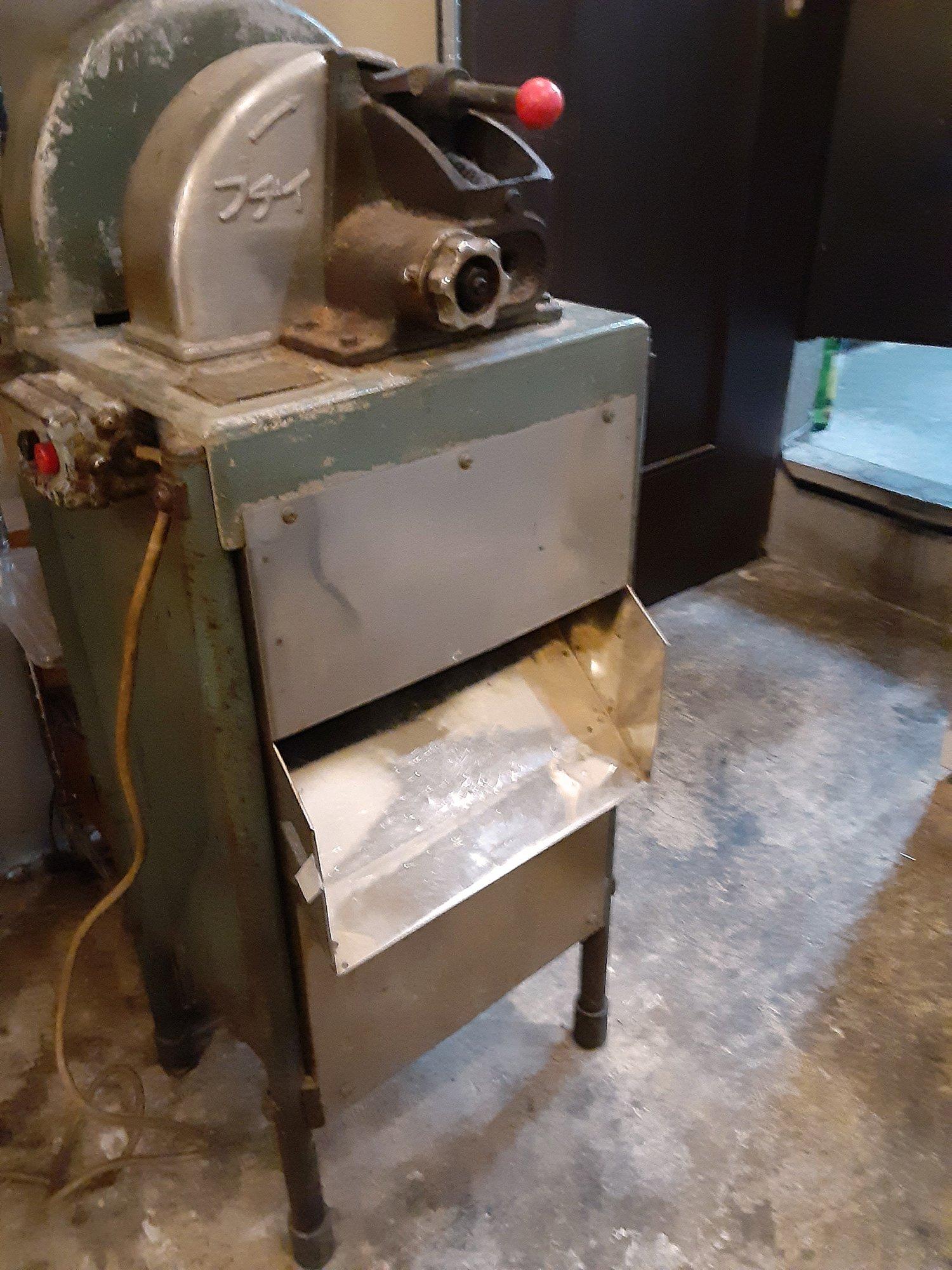 昭和レトロなかつお節削り機。(写真提供=『そば処 せきば』)