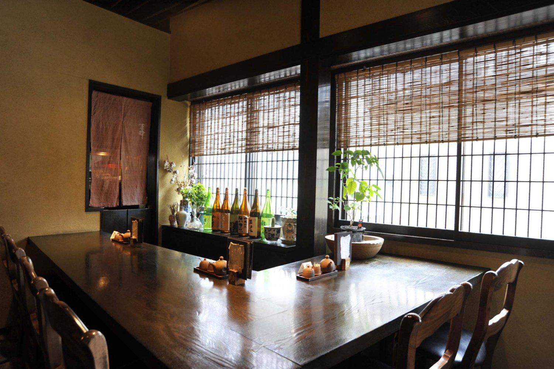 カウンターには日本酒が並ぶので、お気に入りを探してみよう。店主のイチオシは、純米吟醸 石川達也(広島県)1合960円。