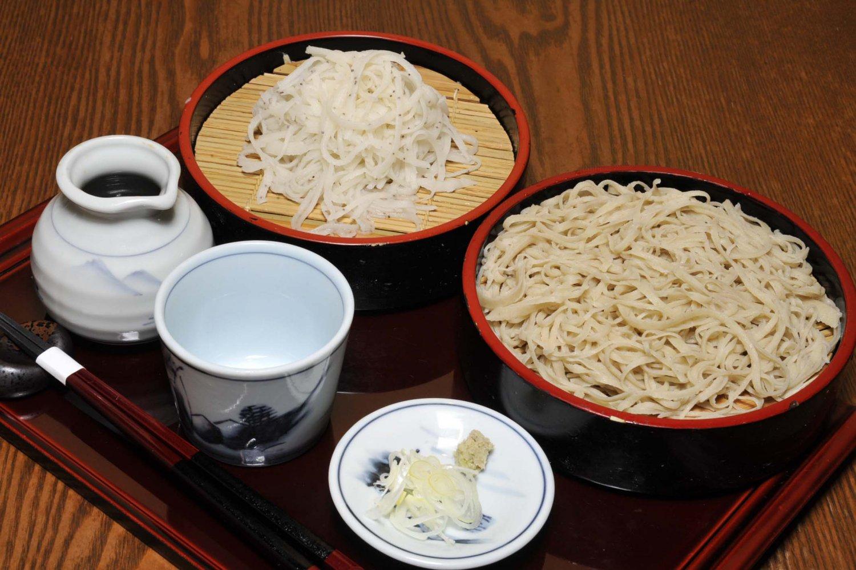 喉ごしと香りを楽しむ二八そばと、やや甘みのある白雪(更科そば)がセットになった二色そば1100円。