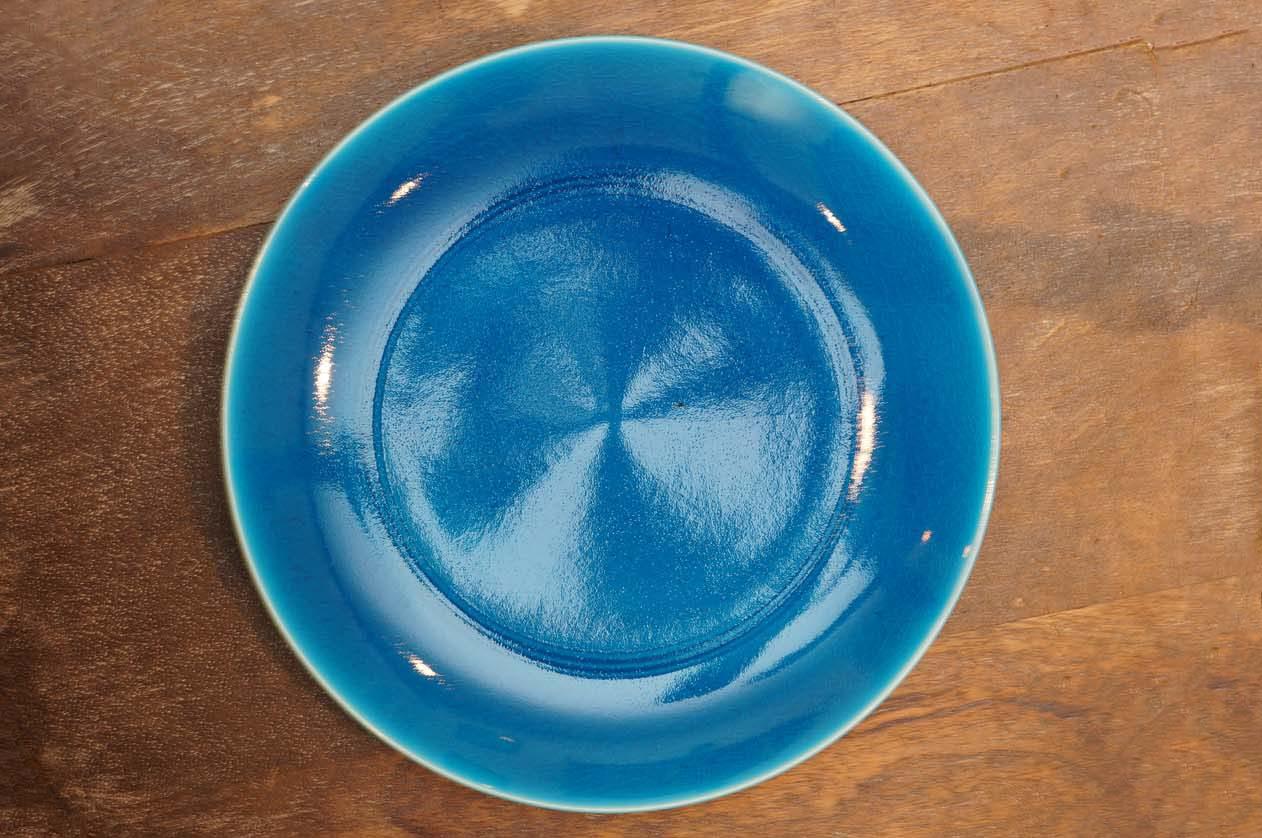 美濃焼の「トルコ 青 櫛目 丸皿」3850円。トルコブルーの発色が美しい。