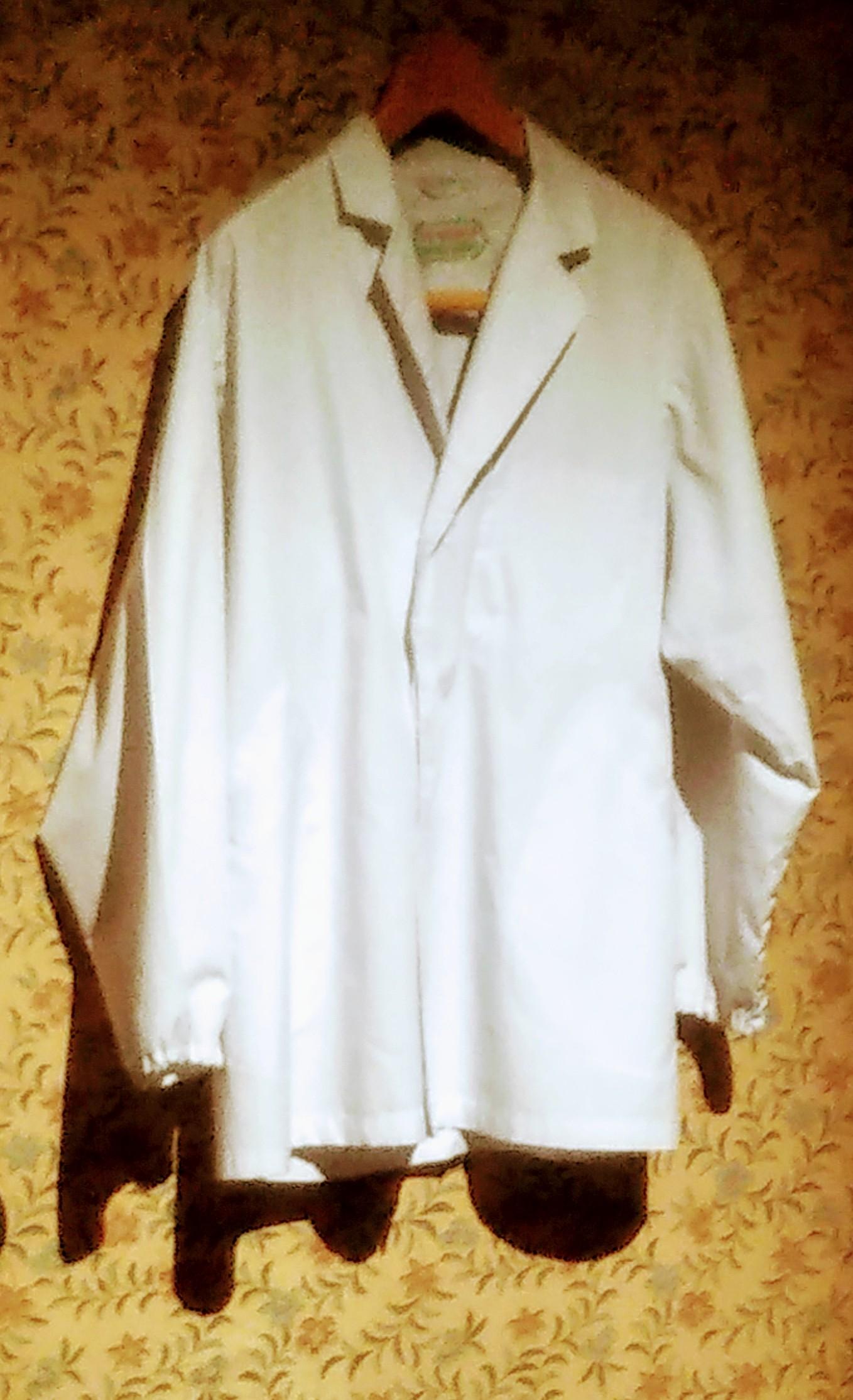 おいちゃんの白衣は、「馬鹿オンステージ」の舞台衣装でもある。(『葛飾柴又 寅さん記念館』にて)