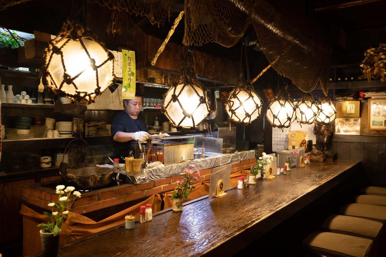 カウンター内では料理長の濱中良太さんが焼き鳥を焼く。