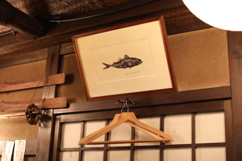お客さんから送られた魚の版画をはじめ、店主が好きな馬をモチーフとした絵画も多い。