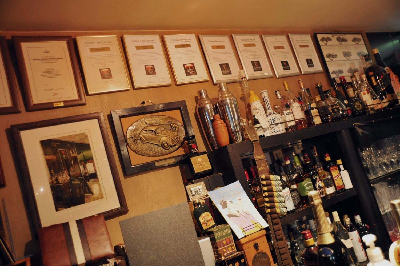 バックバーの壁を飾るギネスBEST PUB 認定店の認定証。おいしい樽詰ドラフトギネスが飲める証でもある。