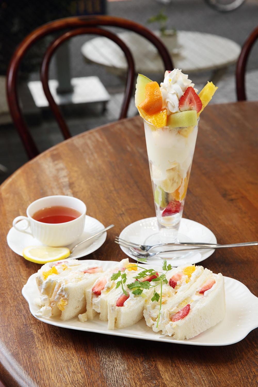 フルーツサンド850円、底までぎっしりフルーツパフェ1000円、紅茶450円。