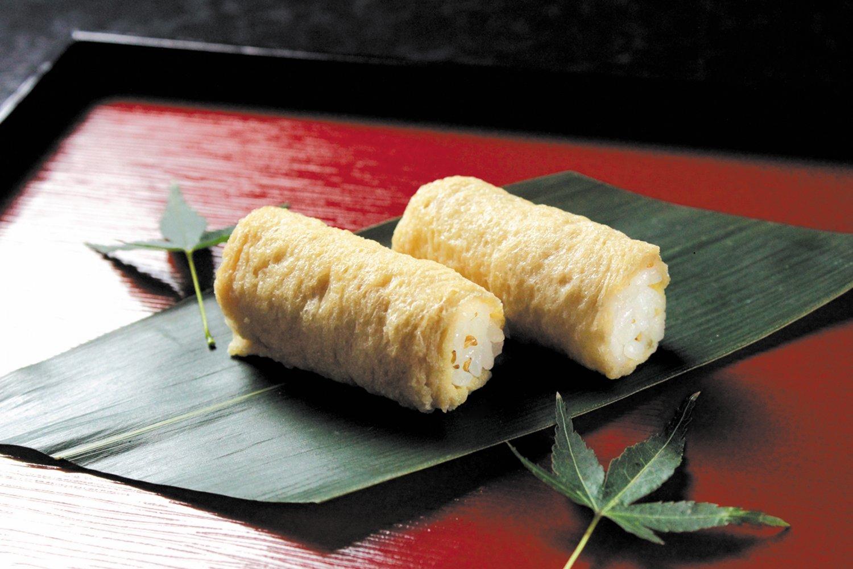 クルミや旬味は、シャリと揚げの間にイン。作りたてを用意してくれるので、予約が便利だ。取り寄せ不可。(写真提供=西麻布 いなりや 呼きつね)