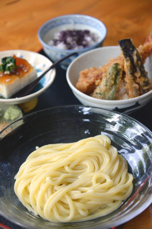もり650円。ミニ天丼、ゆず豆腐とゆかりごはん各350円をセットで。