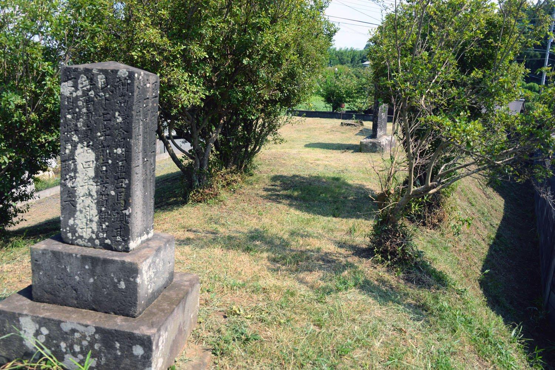合戦で物見に使った小塚とされる前方後円墳の苦林古墳(大類1号墳)と供養塔。