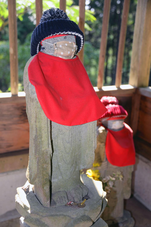 岩船地蔵尊と正対してるとか。マスク着用だから至近で拝んでも安心。