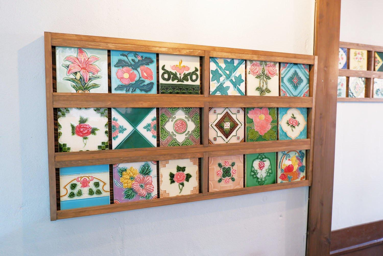 博物館から特別に貸し出されたタイル。店の一角に展示されている。