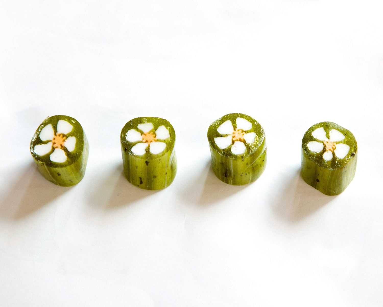 抹茶 80g入り220円/かわいらしい花模様モチーフの組飴。こっくりとした甘みの後に、川越産の抹茶が爽やかに香る。