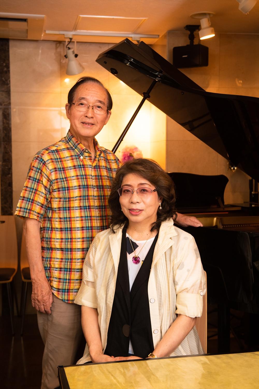 店の専務で声楽家でもある布施忠良さんと、鈴木オーナー。