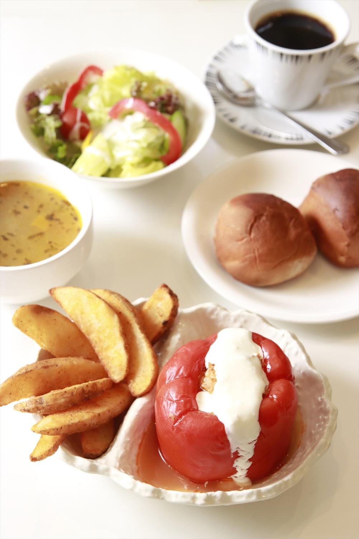 ルーマニア風パプリカの肉詰めは、生クリームが味のアクセント。
