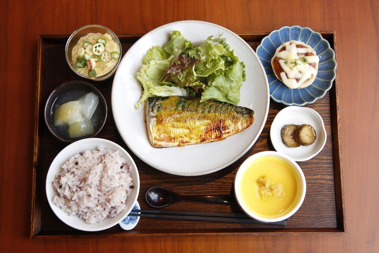 しましまランチ1000円。この日の主菜は鯖のカレーマヨソテー、副菜は白ナスの洋風田楽、コリンキのポタージュなど。