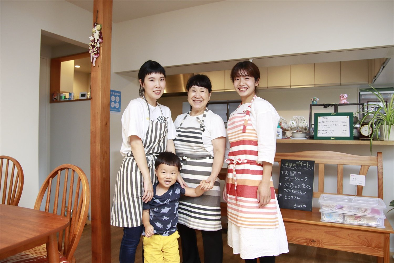 左から水本さんと息子の光亮くん、小松崎さん、スタッフの斉藤さん。