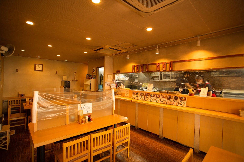 うどんは1玉~ 3玉から選び、カウンターに並ぶ天ぷらなどを皿に取り、精算するセルフスタイル。