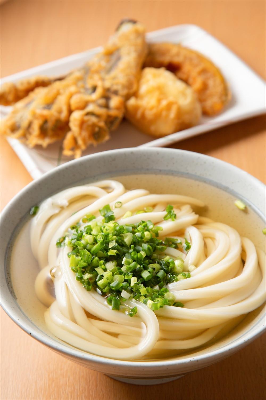 かけうどん1玉400円、野菜天ぷらなど各130円。