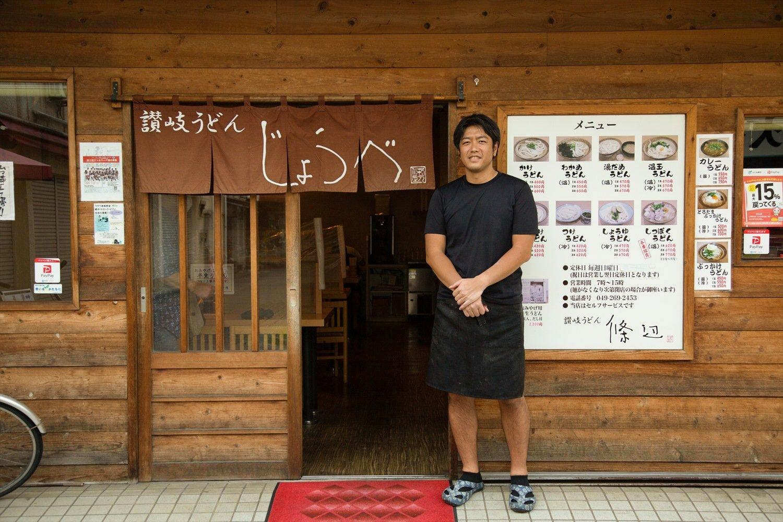 店主の後ろに掛かるのれんの文字は長嶋茂雄氏の筆。