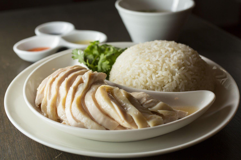 海南鶏飯(大)1320円。パクチーを添えて。