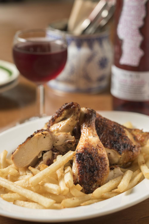 鶏の炭火焼き1/2羽1650円、ポルトガル産微発泡ワイン660円(グラス)。