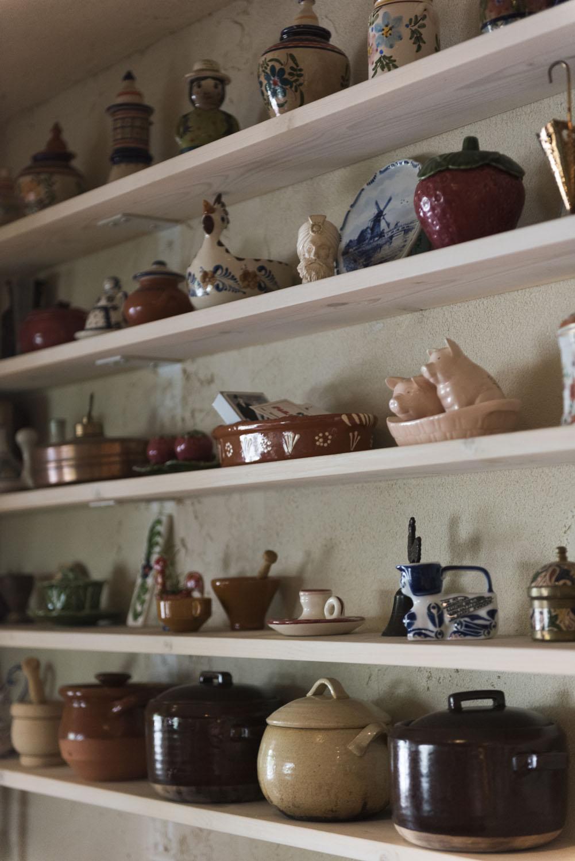 陶器が並ぶ棚。