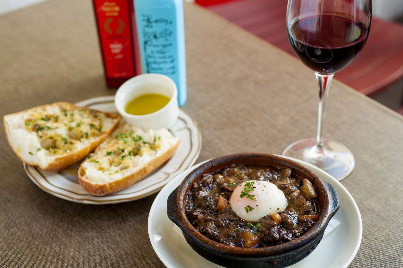 牛すじの赤ワイン味噌煮込み990円には、オリーブオイルを追加して。八丁味噌のコクと絶妙に合う。