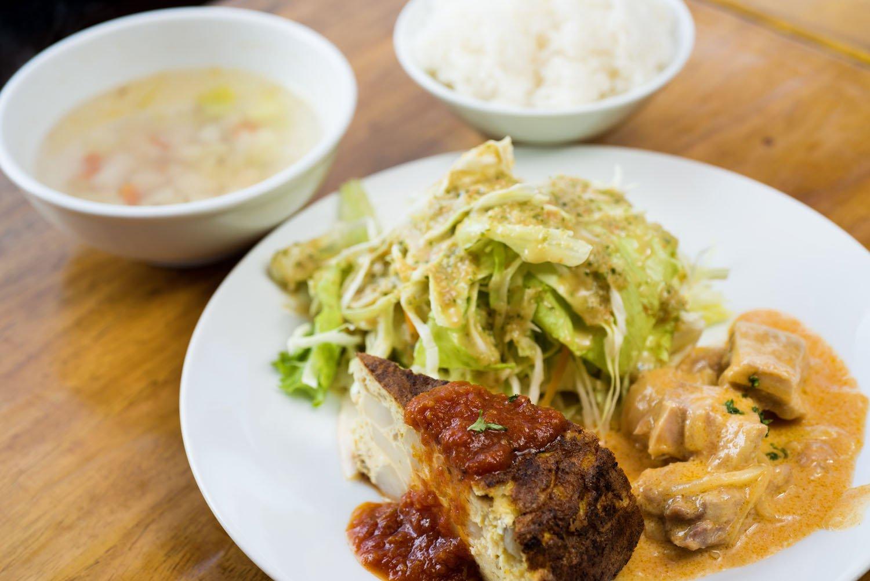 若鶏のスペイン風ミルク煮&ジャガイモのスペインオムレツの本日のランチサービスセット1100円。ランチは日替わり。