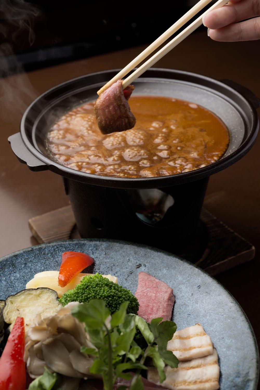 熱々のソースにからめて、醤油のコクと風味を堪能。シメは俵ご飯をソースにつけて焼きおにぎり風に。