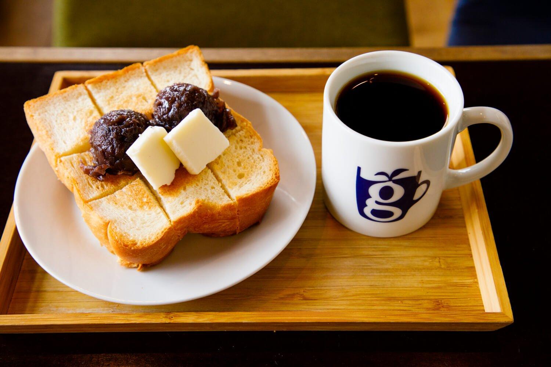 店内でイートインも可能。コーヒー560円、あんバタートースト510円。