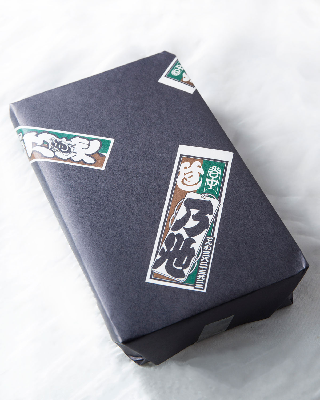 名代穴子寿司の包み。