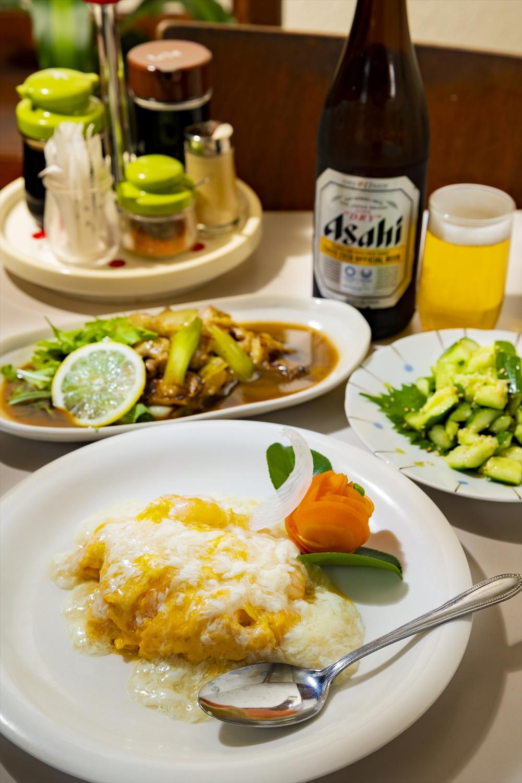 海老と玉子のふわふわ炒め770円、きゅうりのさっぱり和え165円、鳥皮炒め528円、瓶ビール550円。