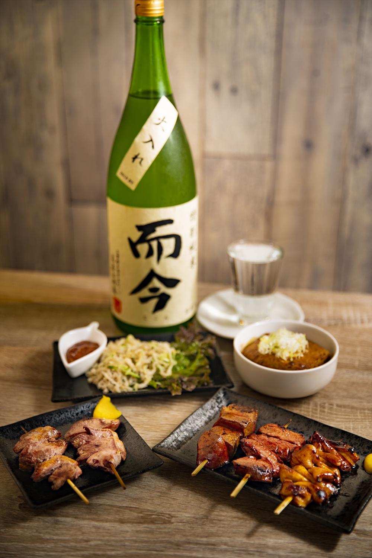 甘辛いたれが相性よしのシロやハツなどおまかせ5本串盛720円。牛モツ煮込み豆腐入り520円。而今990円ほか日本酒は約10種。
