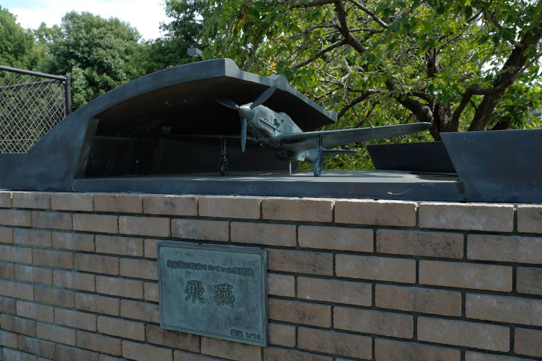 大沢1号掩体壕脇にあるブロンズ像?模型。