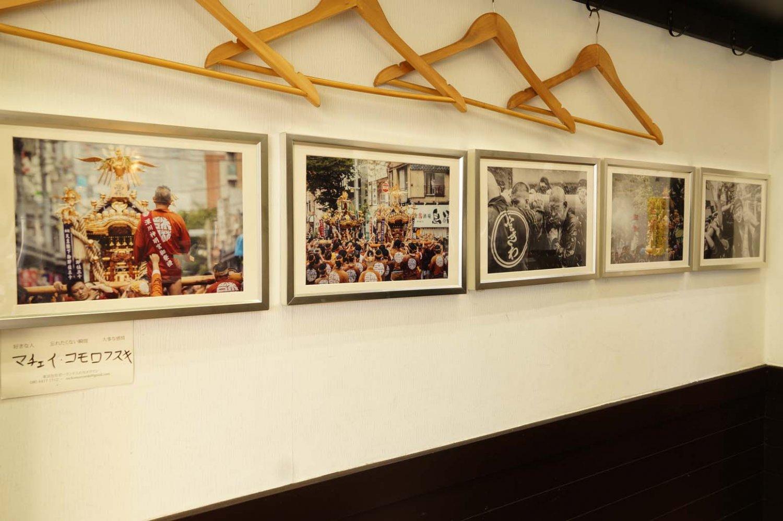 店内に飾られている写真は、同じ町内のポーランド人カメラマン、マチェイ・コモロフスキさんが撮影したもの。