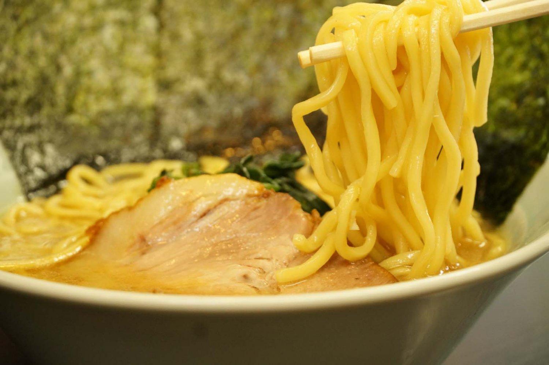 麺は、しっかりとスープの旨みを絡めとる。