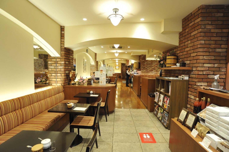 奥に長い店内で、曲線を多用した内装が奥行き感を演出している。店内は完全分煙。