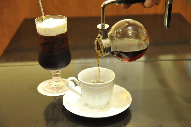 濃厚な生クリームを浮かべたアイスコーヒーと香りのよいブレンドコーヒー各600円。