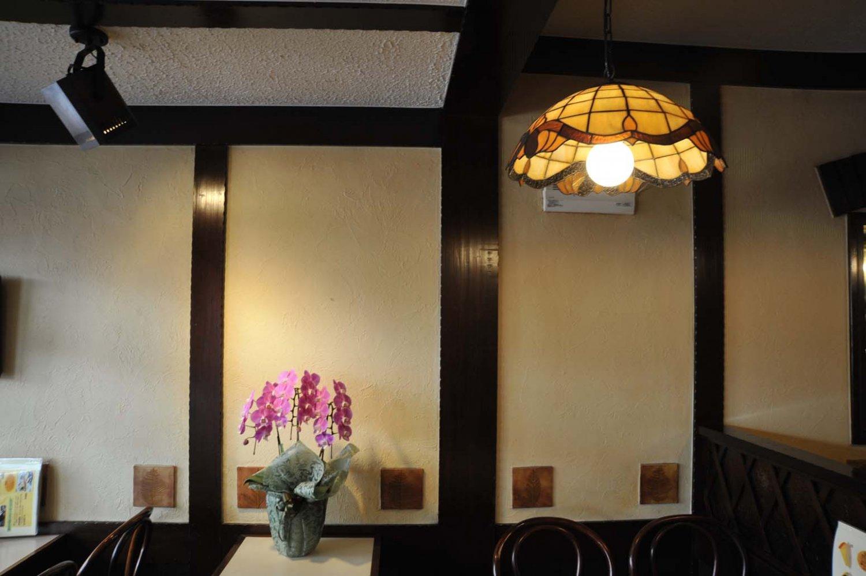 店内では花やランプが効果的に使われている。