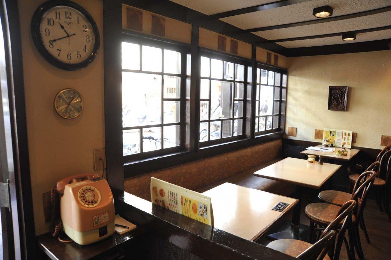 純喫茶というと薄暗いイメージがあるが、通りに面して大きな窓があるので店内は明るい。この店ではピンク電話も現役。