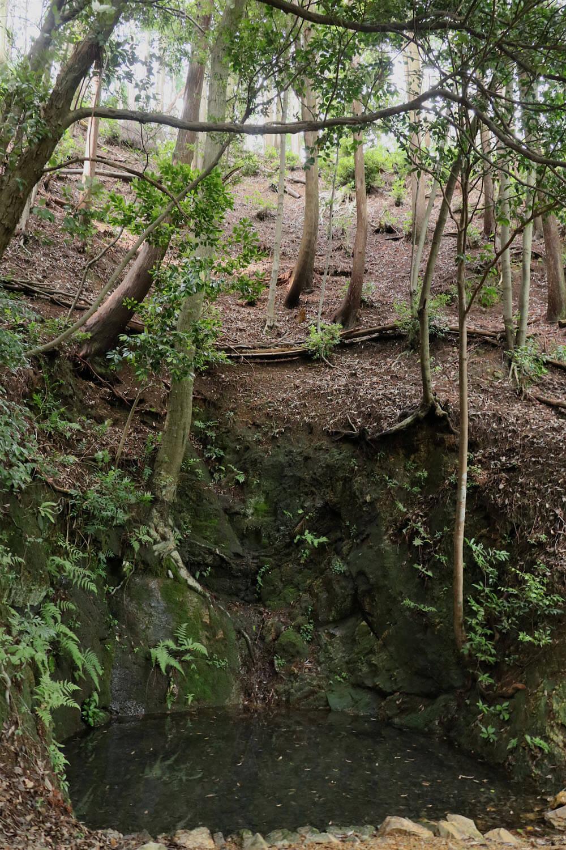 岩盤に守られた井戸が、突如、目の前に出現。