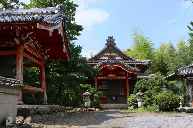 朱塗りが印象的な一心寺。登城路は本堂左奥から伸びている。