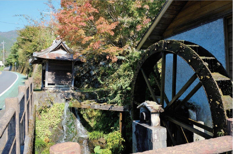 緑水庵の入り口にある水車小屋。秦野では水車はよく見られたもので、精米や製粉に使った。