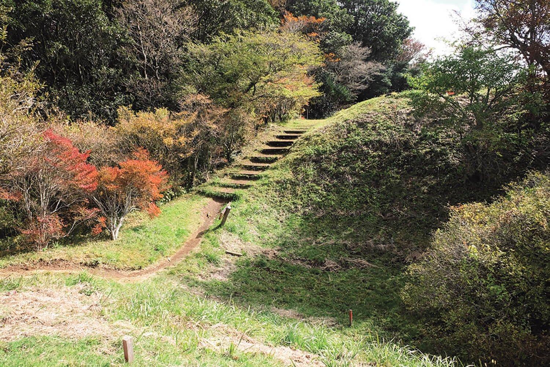 本丸と二の曲輪の間の空堀。足柄城は五の曲輪まであり、それぞれ空堀によって区切られている。
