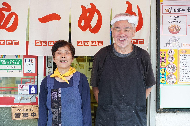 店主の亀山勉さんと妻の綾子さん。